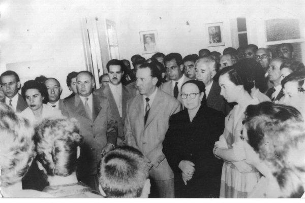 Ανέκδοτη φωτογραφία από τον πρώτο αγιασμό στα Εκπαιδευτήρια Μαίρης Ν. Ράπτου, το 1957. Η δις Μαίρη Ν. Ράπτου είναι η νεαρή κοπέλα στην πρώτη σειρά, πρώτη από δεξιά. Δίπλα της η γιαγιά της Μαριγούλα Ράπτου και ο πατέρας της ιατρός και βουλευτής Λαρίσης Νικόλαος Ράπτης.