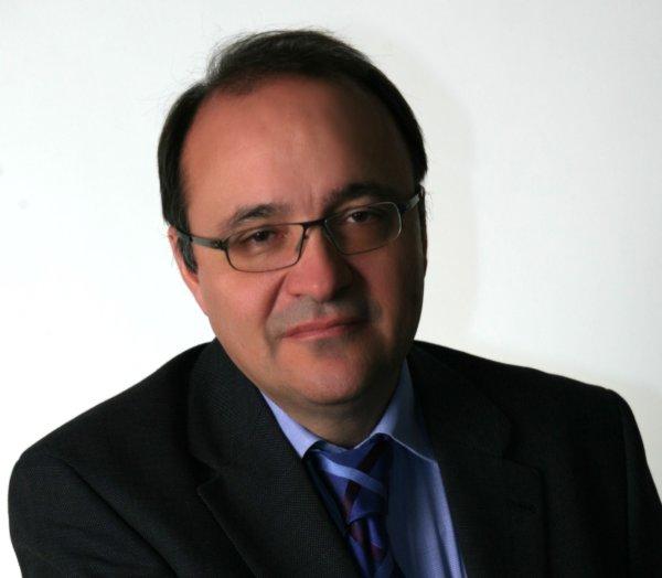 O Δημήτρης Π. Μπόγδανος είναι Διευθυντής της Κλινικής Ρευματολογίας και Kλινικής Ανοσολογίας στο Πανεπιστημιακό Γενικό Νοσοκομείο της Λάρισας